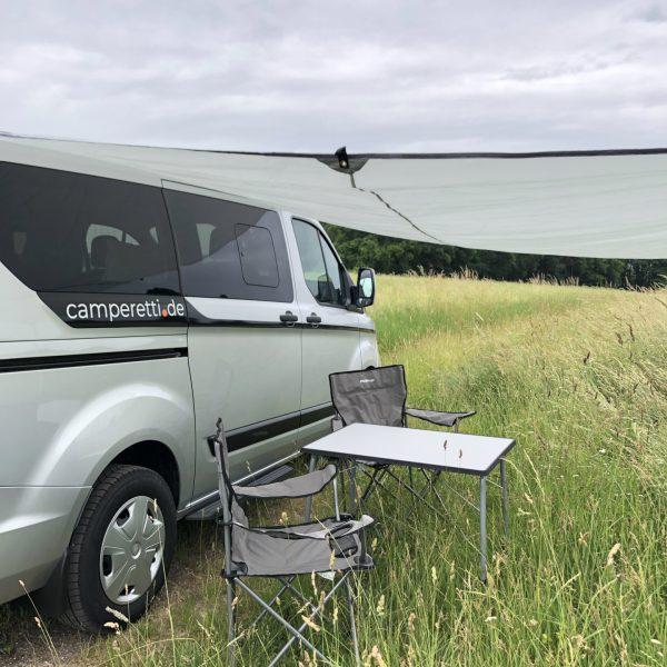Campingtisch mit 2 Stühlen.