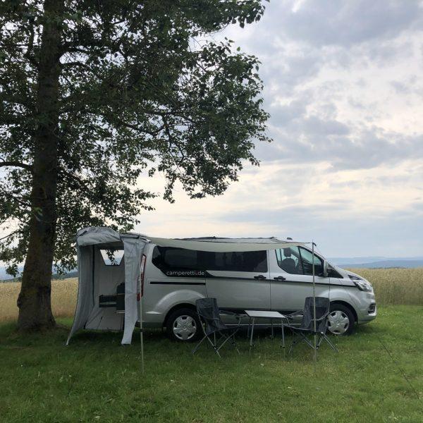 Heckzelt, Sonnensegel und Campingmöbel.