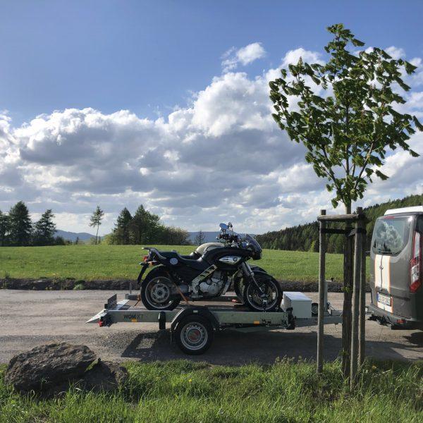 Mit Motorrad-Anhänger und Motorrädern unterwegs.
