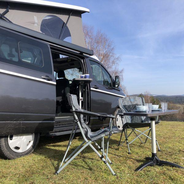 camperetti Camper mit aufgebauten Campingmöbeln