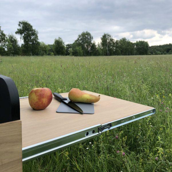 Ausziehbarer Tisch & Abstellfläche.