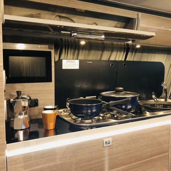 Küchenzeile mit Gasherd & Spüle.
