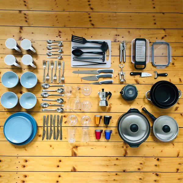 Alle Küchendinge für das Kochen und Essen im Camper-Van.